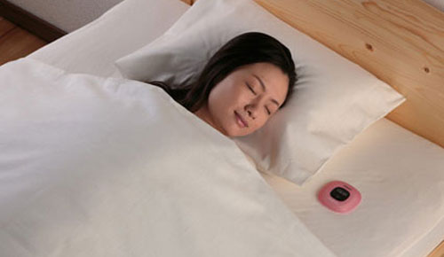 Omron_Sleep_Time_Meter_HSL_001_Cute_Pink_Sexy_Teen_Japanese_Model_On_Bed_Dandy_Gadget_Healthcare_Gadgets